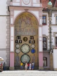 Klockan 12 bjuder Olomoucs astrologiska klocka på show! Det finns en liknande i Prag, men den står sig slätt i jämförelse med de proletärer som kommer ut och dansar i Olomouc.