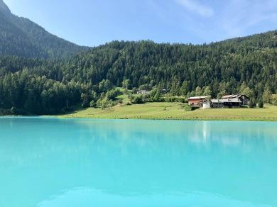 Under tredje cykeldagen kommer du till Brusson där ni cyklar längs en sagolikt vacker smaragdgrön sjö. Efter sjön väntar lite utmanande och rolig single track i vacker skog och kul cykling längs med en forsande flod.