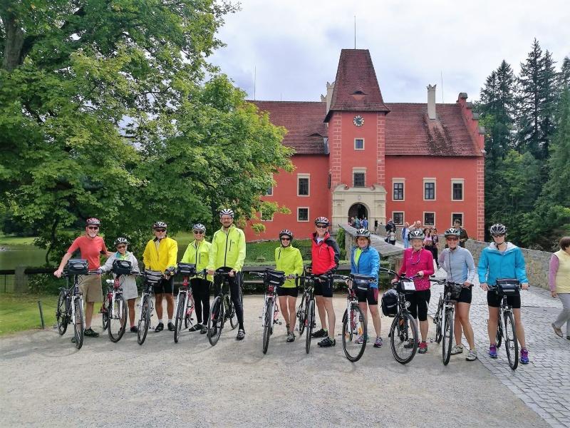 Ett gäng glada cyklister på vägen mellan Prag och Wien.  Ta chansen och upplev Tjeckien och Österrike från sadeln du också!