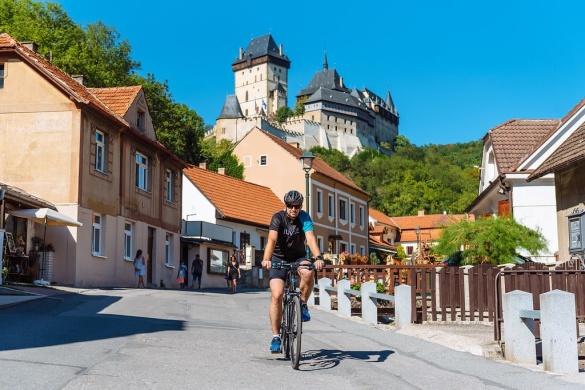 Slotten duggar tätt i Tjeckien. Det går nog inte en dag utan att du ser det ena pampiga slottet efter det andra.