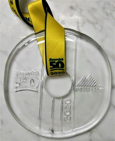 Medaljen är stor och tung i bömisk kristall.
