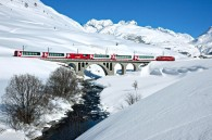 Ett trafikkort med gratis tåg- och bussresor i övre Engadindalen ingår vilket gör att du bland annat kan ta en av världens vackraste järnvägar Berninabanan upp till Alp Grühm.