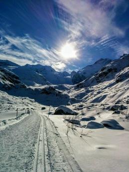 Du anländer tre dagar före loppet och har gott om tid att njuta av skidåkning och vänja dig vid höjden. Över 220 km skidspår väntar inpå knuten. Foto @Globalrunners.