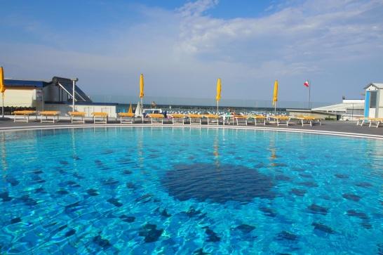 Hotellet ligger precis vid stranden. I poolen badar du i saltvatten och tack vare det belastas inte grundvattennivåerna och det krävs mindre klor och kemikalier.