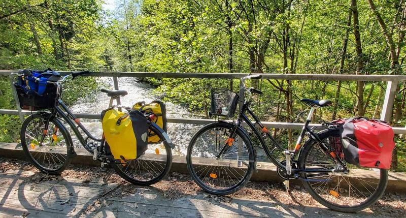 Att lära känna nya platser på cykel är toppen. Du tar in omgivningen med alla sinnen, kan stanna när du vill, får lätt kontakt med folk längs vägen och kan bada och plocka bär.