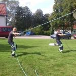 Två av våra starka pojkar som drar taket på tältet