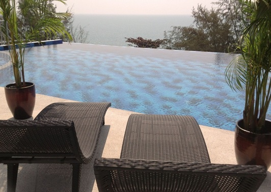 Pool på Grand Beach Condo lägenhetshotell i Mae Phim
