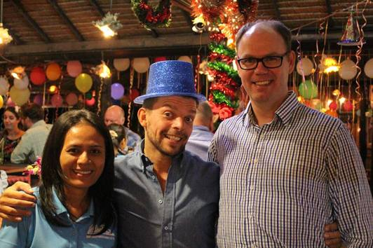 Glada gäster på Tequila Sunrise i Mae Phim Thailand