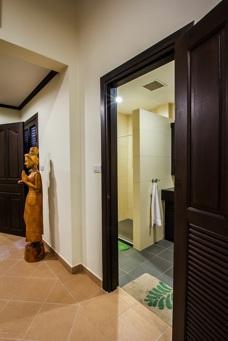 Hall intill badrum