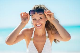 Glad på Stranden i Thailand