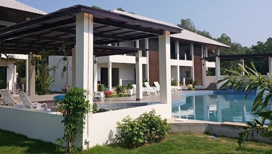 Palm Leaf Poolområde nära Ban Phe i Thailand