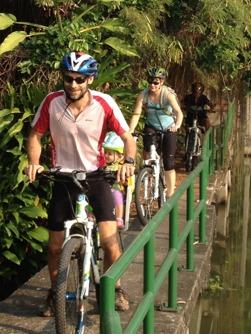 Cykla länks kanalerna i Bangkok