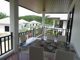 Balkong med utsikt över poolen på Palm Leaf Thailand