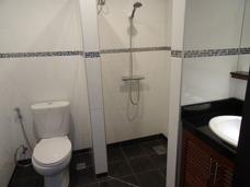 Dusch och toalett på Palm Leaf condo Mae Phim