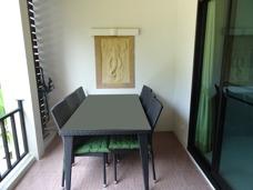Terass på Palm Leaf lägenhetshotell Mae Phim