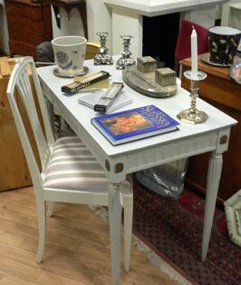 Litet skrivbord med stol, troligtvis från 1700-talet.