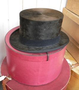 Vacker gammal herrhatt med hattask
