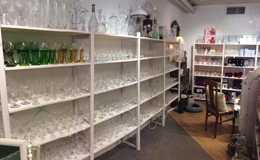 Ett stort urval av gamla och nya kristallglas