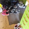 När alla samlas inför självplocket är det fullt med skor innanför dörren