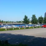 Husbilar brukar ofta parkera här. Restaurangen Fullriggaren Sky Bar syns i bakgrunden på Gävle Strand.