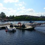 Många båtar är ute och åker en sådan här varm dag. Längst bort till höger syns även Restaurangen Bryggan Gävle.