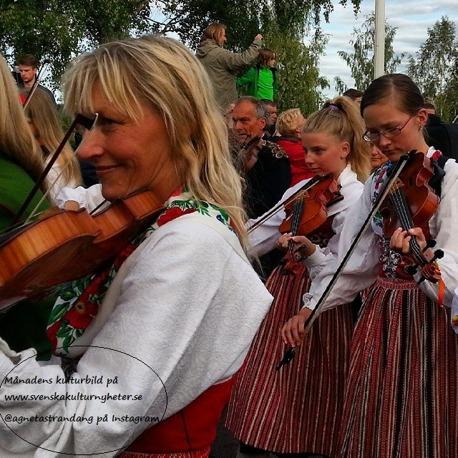 Grattis säger vi till Agneta som kommer ifrån Österåker i Sverige! :) Din bild har blivit korad som Månadens kulturbild! :D Så har kan det gå till när man firar midsommarafton i Leksand, Dalarna.