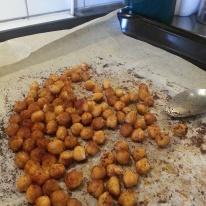 Rostade kikärtor, kryddade med chilipulver, paprikakrydda, vitlökspulver och  spiskummin.