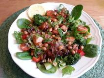 Gör i ordning en créme fraichesås till salladen som innehåller lite citronsaft, gräslök och malen svartpeppar.