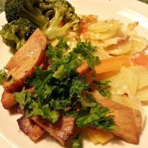 På bilden ser du rotsaksgratäng med stekt kassler, kokt broccoli och persilja.