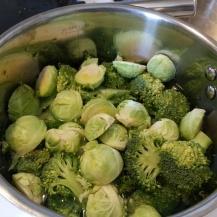 Här ser du broccoli och brysselkål i en kastrull med vatten. Fyll på med vatten så att det täcker grönsakerna. Vill du ha en matigare soppa. Ha i ett par potatisar också. Glöm inte att ha i en 1/2 köt
