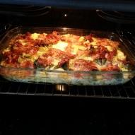 Broccoli och bacongratäng står i ugnen i 225 grader i ca 40 min.