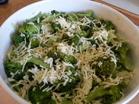 Lägg på riven ost över broccolin.