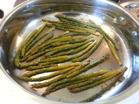 Förkoka sparrisen ett par minuter och stek sedan i 1-2 min. Krydda sparrisen med svartpeppar, timjan och salt.