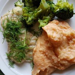 Stekt torsk med morot- och potatismos.