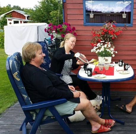 Här var det födelsedagsfika utomhus i Strömsbro kolonilott i Gävle. Fotografiet tog jag den 1 augusti 2015.