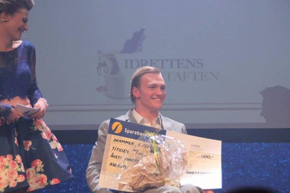 Andreas Bjørnstad mottar prisene under Idrettens Festaften i Drammen. FOTO: Andreas Bjørnstads Facebook-side. Klikk på bildet for å besøke siden!