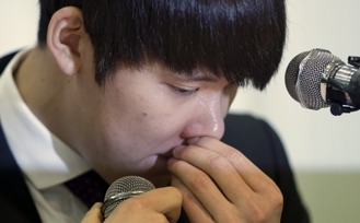 Braut sammen i tårer: Tae-hwan Park då han møtte pressa etter si positive dopingprøve.