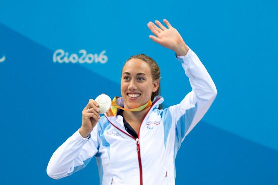 Sarah Louise med sølvmedaljen fra 50 meter butterfly. FOTO: Caroline Dokken Wendelborg/NIF