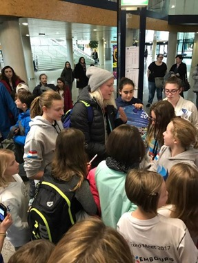 Sarah Sjöström omgiven av fans efter simningarna i Luxemburg på söndagskvällen.Foto: Jussi Salminen