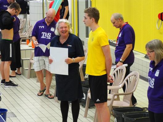 Barbro Olsson Freker Sport delar ut priset till Södertäljes Björn Seeliger - som Årets Överraskning i svensk simning.