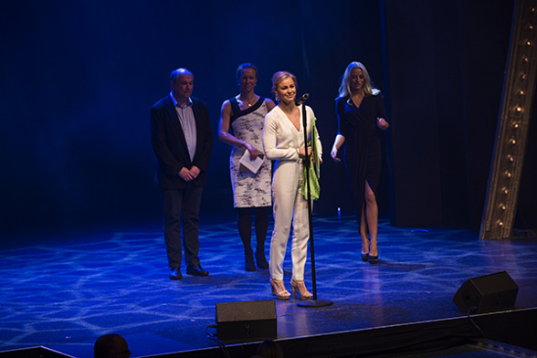 Pernille Blume mottar prisen. FOTO: Michael Vienø/Svoem.dk.