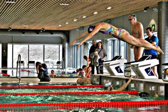 Fra åpningen av bassenget.  FOTO: Ørjan Krogh Hansen