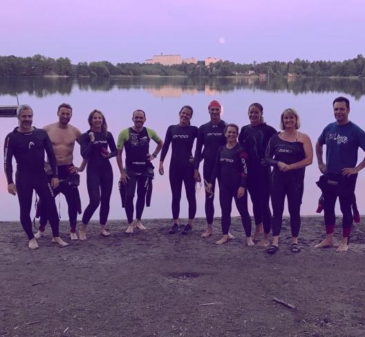 Karin Diamant har tagit den här bilden vid Rönningesjön på ett gäng simmare från Täby Sim som har njutit av midnattssimning.