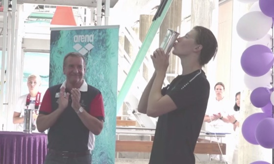 Henrik Christiansen kysser kongepokalen.