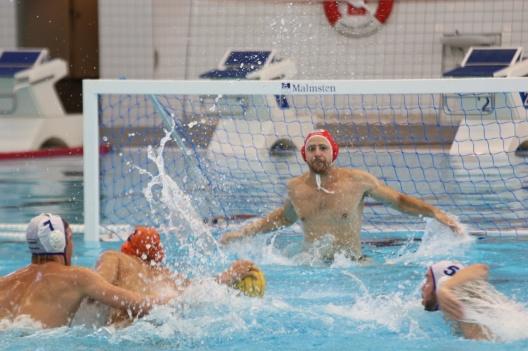 Från SM finalen i vattenpolo 2018 för herrar med kamp framför Järfällas målvakt Viktor Alvan-Ahlinder Foto: Britta Hassler