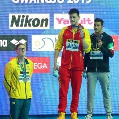 Mack Horton (til venstre) protesterer mot gullvinner Sun Yang (midten) under medaljesermonien på 400 fri i VM i Gwangju