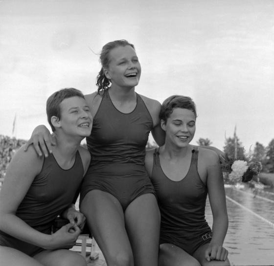 Pristagarna i SM-finalen på 100m frtt 1958: Frv. silvermedaljösen Karin Larsson RAN, segarinnan Kate Jobson Varberg och trean Barbro andersson RAN. segertiden 1.05.9. Samma år vann Kate Jobson EM-guld på distansen.