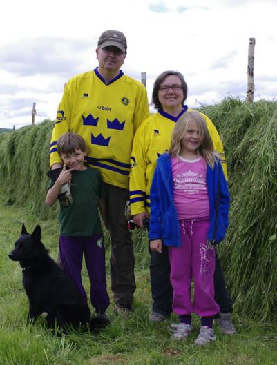 Hunden Takko, Adam, Anders, Anna-Eva och Amanda. Sommaren 2013.