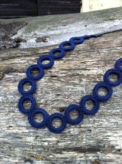 Virkat halsband (Marinblå) -