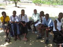 Ett antal elever som väntar på att få fortsätta sin utbildning
